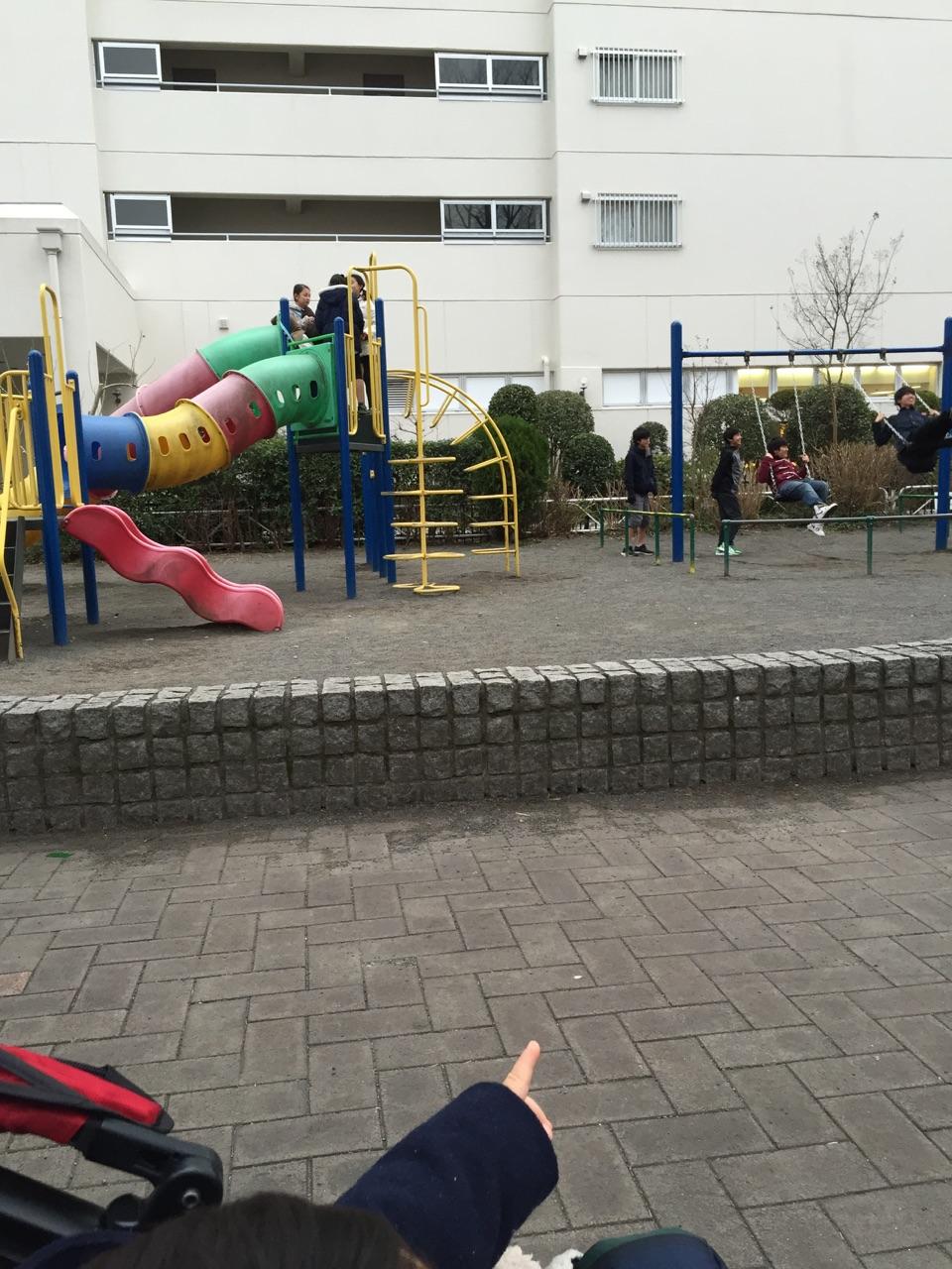 公園情報 4)遊具もあります!ブランコ、滑り台がありますよ!午前中は、小さい子どもたち、午後は小学生で賑わっています。