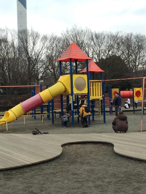 芝生広場・子どもの広場・グリーンタワー 遊具も大きな物が設置されています。小学生用と幼児向けの遊具が分かれているのも嬉しいです。
