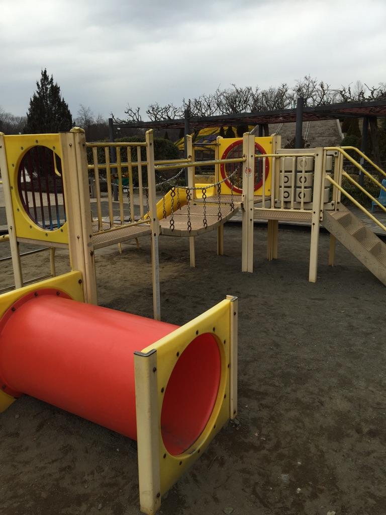 芝生広場・子どもの広場・グリーンタワー 幼児用の遊具は小さくて遊びやすいです!砂場には小さい子たちが沢山!