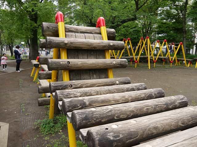 隅田公園(台東区) 丸太遊具コーナー