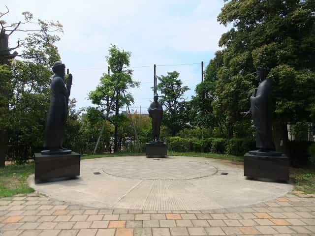 哲学堂公園 哲学の庭 聖徳太子、ハムラビ、ユスティニアヌスが向い合ってます