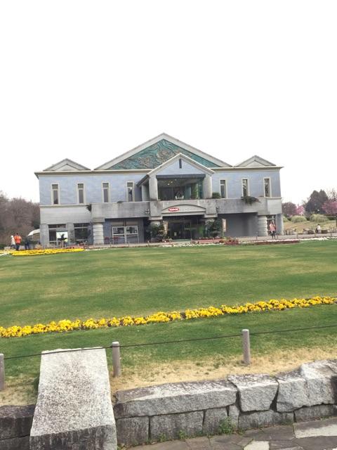 県立相模原公園 神奈川グリーンハウス 外から見ても大きなグリーンハウス。室内には食堂が完備され、お手洗いもありますよ!お昼休憩にピッタリですね。