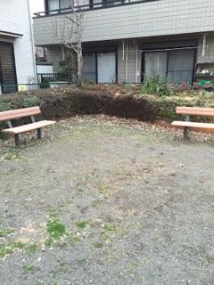 上鶴間4丁目公園 公園内にはベンチが設置してあります。年配の方たちが、ベンチに座って井戸端会議!よく見る光景です。穏やかな公園なのでゆっくりとした時間が過ごせます。