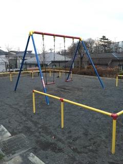 上鶴間さつき公園 2)唯一の遊具!ブランコがあります。最近では、ブランコが撤去されている公園が多くなってきているなかで撤去されずに残っているのは珍しいですよね!