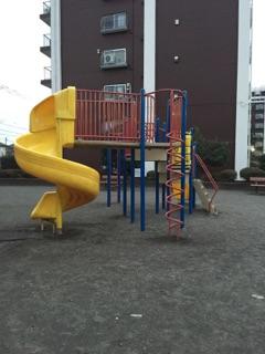 東林間公園 遊具も大きな物が設置してあります!小さい子どもでも遊ぶ事が出来るので親子で遊びにきている姿が見られます!