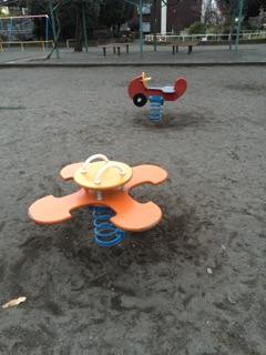 東林間公園 ビヨーンと曲がったり、前に倒れたり!子どもが大好きな遊具の一つです!