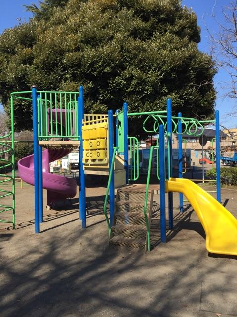 林間第4公園 公園遊具。子どもたちの大好きな滑り台があります!日中や学校が終わる時間になると子どもたちで沢山ですよ!
