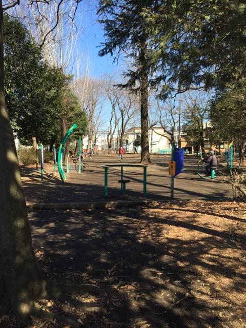 林間公園 2)公園の中には、昔からある小さな遊具があります。変わった形のジャングルジムですが、小さいので幼児の遊具としては最適です!近くの幼稚園からお散歩で遊びに来る子どもたちもいるので遊具があるとうれしいですよね!