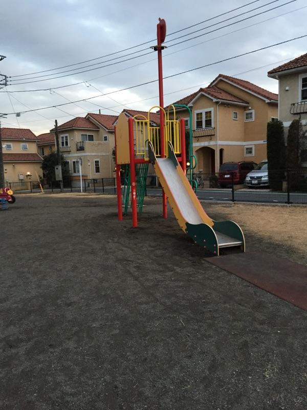 深堀中央公園(新) 周りの住宅と合わせた色の滑り台がおしゃれですね^^住宅街にあるので近所の子どもたちが集まってきます。車の通りも少なく安全で子どもたちだけで遊ぶのも安心です。