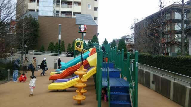 さくら坂公園 (ロボロボ公園) 見ているだけでも楽しいカラフルな滑り台