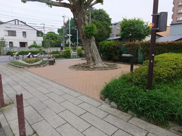 下馬すずかけ公園 三宿通り沿いにあります。